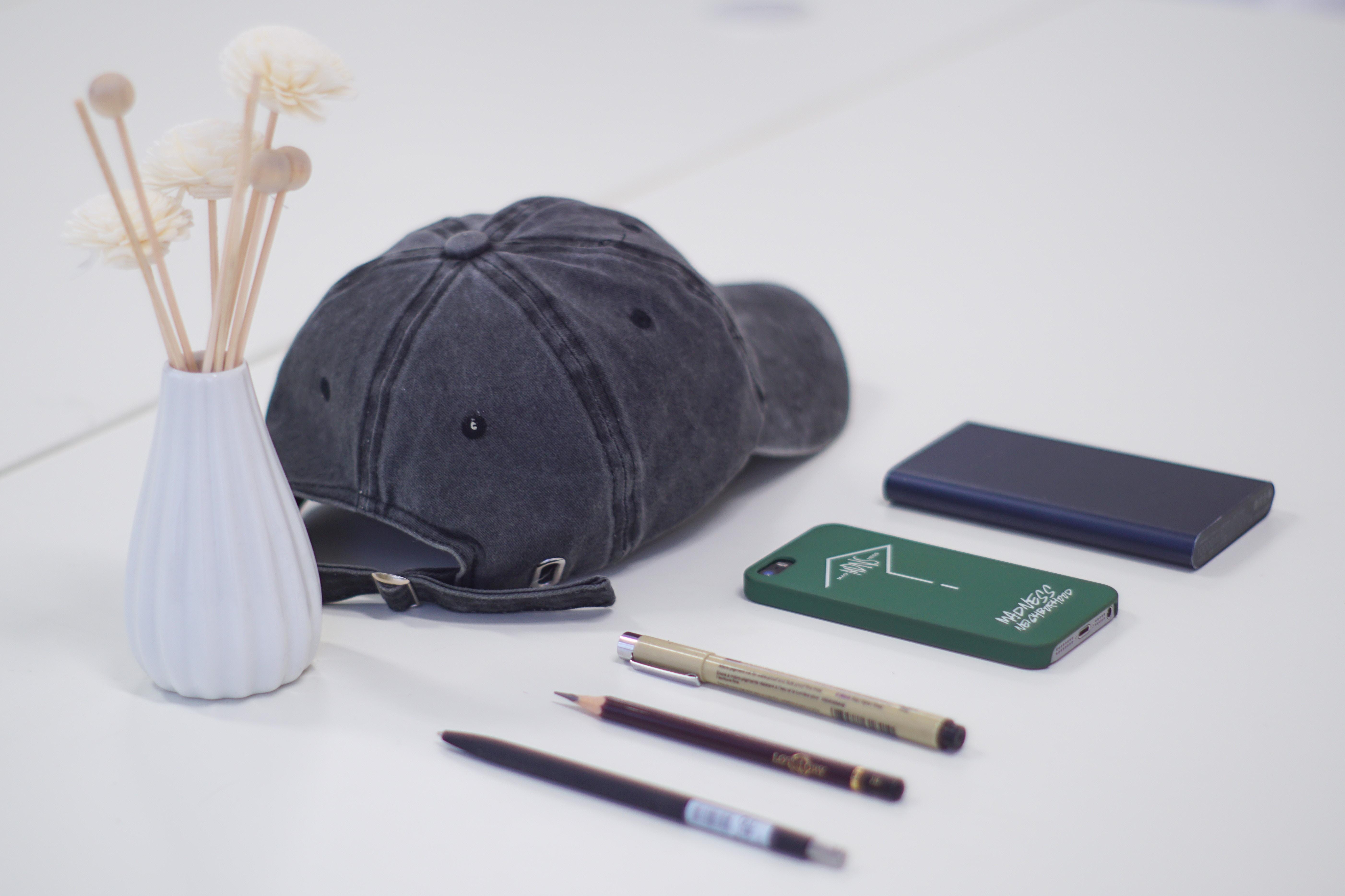 白い机の上にキャップや文具