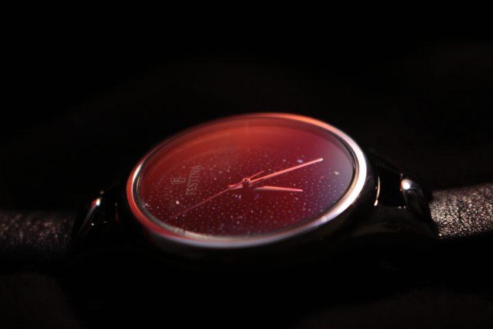 黒い背景に赤い時計