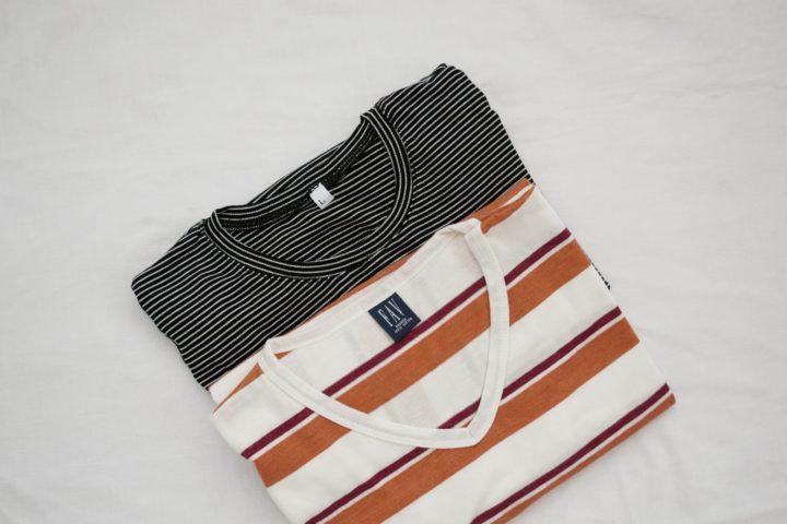 白い床にアメリカっぽいTシャツ